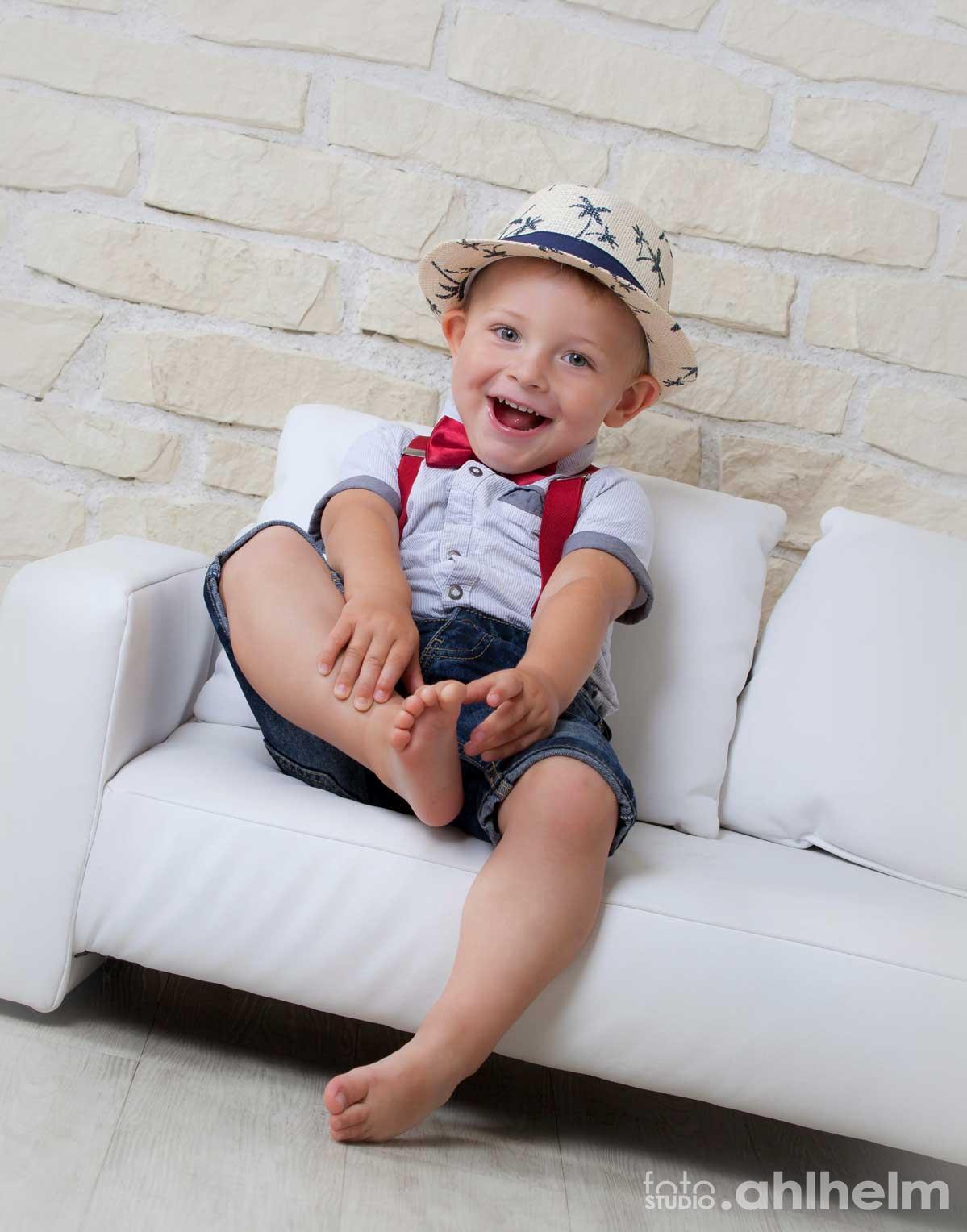 Fotostudio Ahlhelm Kinder lustiger Junge mit Hut