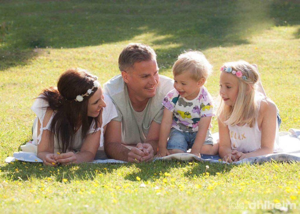 Fotostudio Ahlhelm home story Familie im Gras